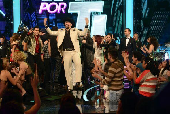 El show terminó con los concursantes bailando en el escenario. ¡Échale,...