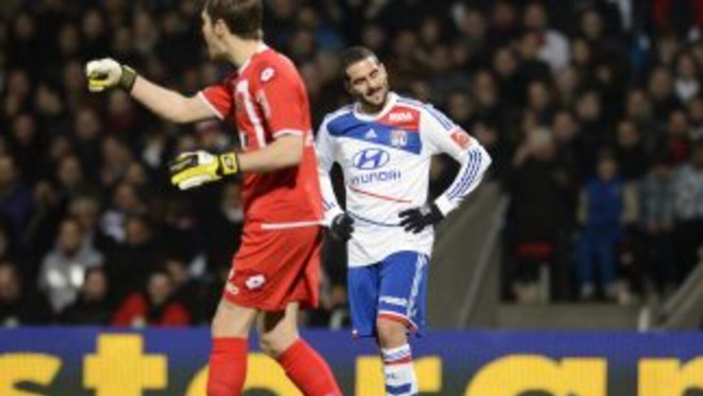 'Licha' López se lamenta luego de que el Lyon cayó ante Sochaux.