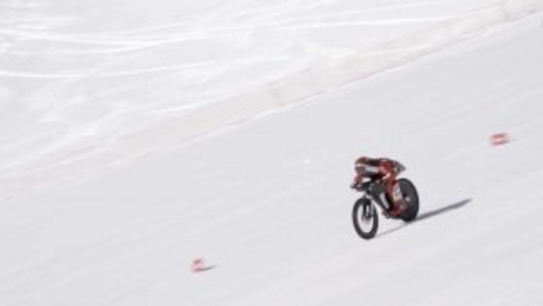Éric Barone descendiendo a 138.752 mph por una pendiente de hielo en la...