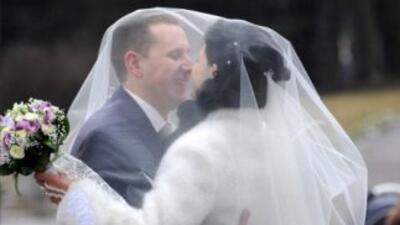 El IRS le recuerda a los recién casados añadir una revisión del seguro d...