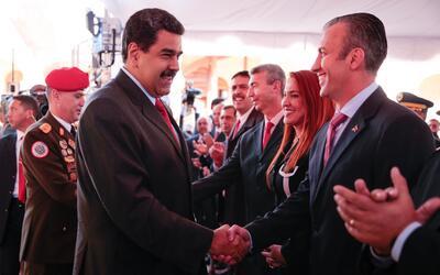Maduro estrecha la mano de su nuevo vicepresidente, Tareck El Aissami, e...