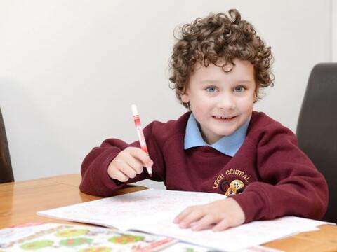Callum Peers de 5 años de edad vive en Leigh, en Reino Unido con...