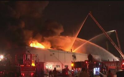 Procesadora de carne del sur de Los Ángeles ardió en un voraz incendio