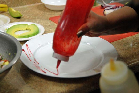 La Chef Hernández Tur decora el plato con una mermelada de fresa.