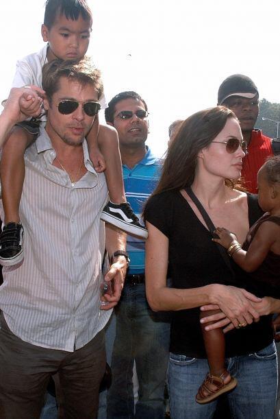 Brad Pitt y Angelina Jolie en noviembre de 2006 con Maddox y Zahara, dur...