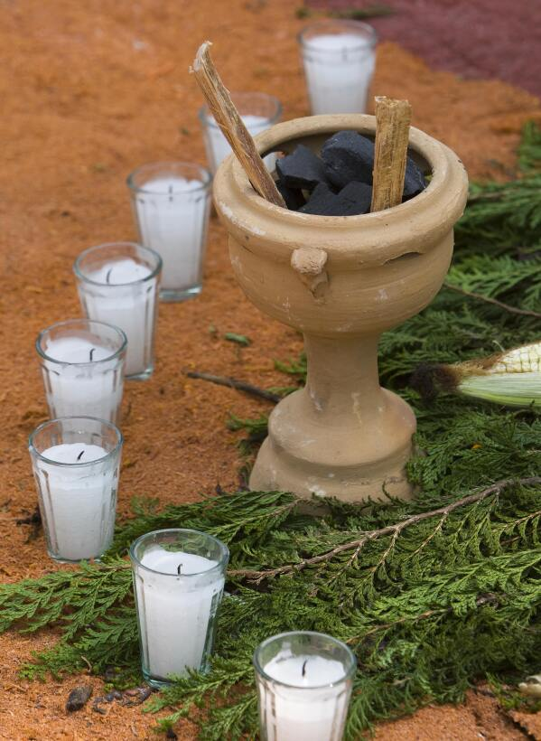 ¿Cómo hacer un altar para el Día de Muertos? GettyImages-83521566_velas...