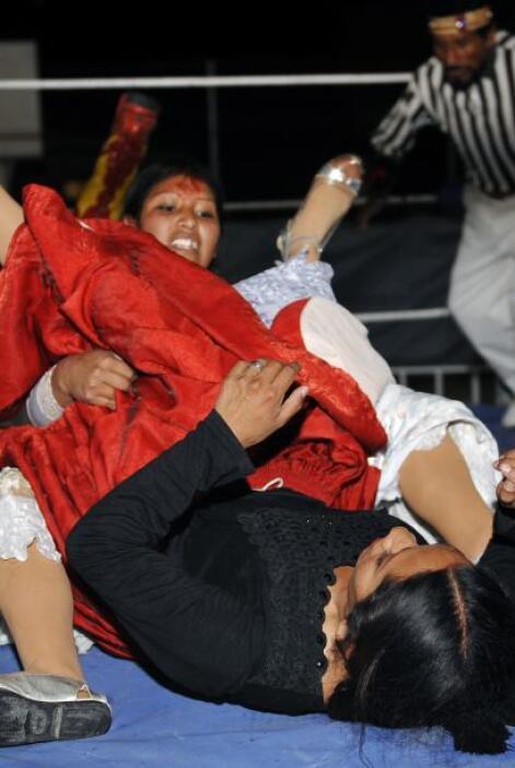 Las luchadoras 'Cholitas' de nombre Benita y Ángela llegaron al barrio d...