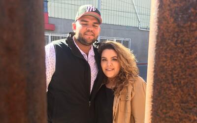 Ramón Monje y su esposa Margo, a través del muro fronteriz...