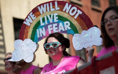 Joven se manifiesta durante el Desfile del Orgullo Gay 2016 en Nueva York.