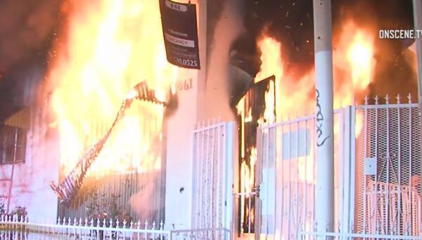 Bomberos rescataron a cuatro niños de un voraz incendio en el sur de Los Ángeles