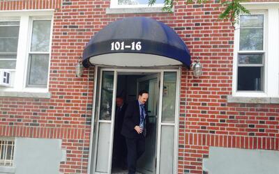 Los detectives del NYPD salen del edificio en donde vive Héctor Meneses
