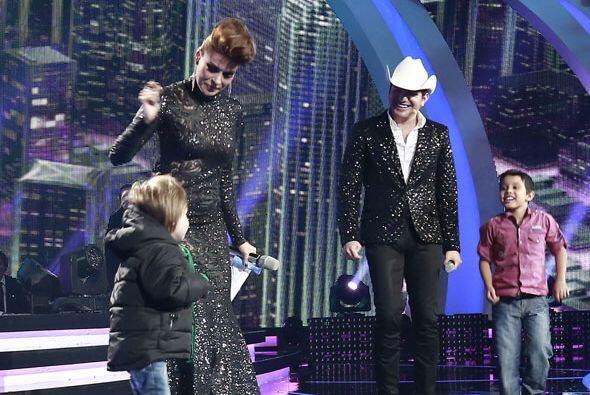 Mateo se puso a bailar con su mami.