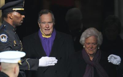 George H.W. Bush y su esposa Barbara se encuentran en condición e...
