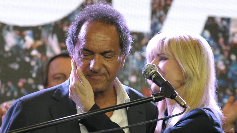 Daniel Scioli es consolado por su esposa tras conceder la derrota.
