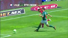 Rafael Márquez despeja el balón y aleja el peligro