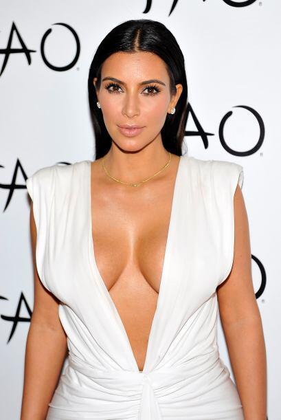 Hasta vestida de blanco, los escotes de Kim siempre fueron noticia.