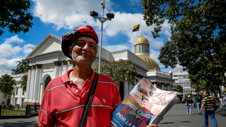 Un militante del chavismo frente a la sede de la Asamblea Nacional.