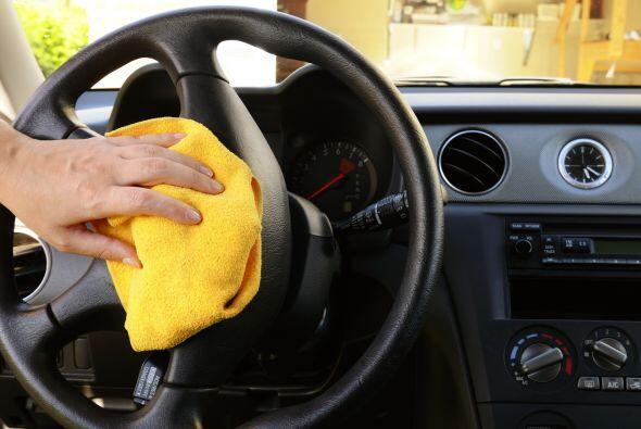 No olvides limpiar el interior de tu coche, el polvo es uno de los princ...