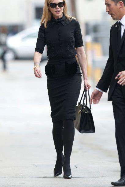 Llegó muy seria y, por supuesto, vestida de negro de pies a cabeza.  Aqu...