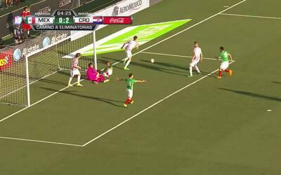Borna Barisic despeja el balón y aleja el peligro