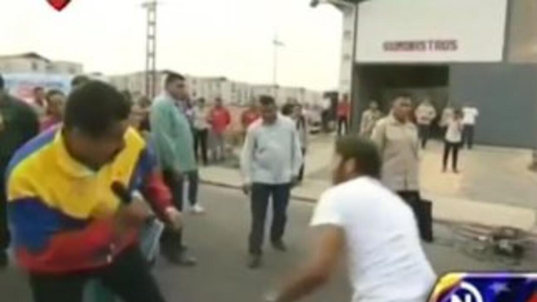 Nicolás Maduro boxeando en la calle con el boxeador y cantante Gandhi Ar...