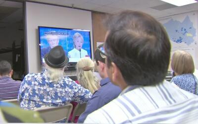 Un grupo mixto de demócratas en Houston siguieron el último debate presi...