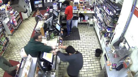 El cliente lanzó un golpe al cajero.