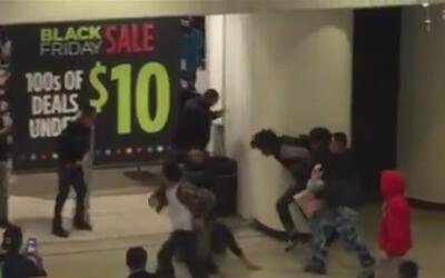 Jóvenes iniciaron una fuerte pelea dentro de un centro comercial de Mode...
