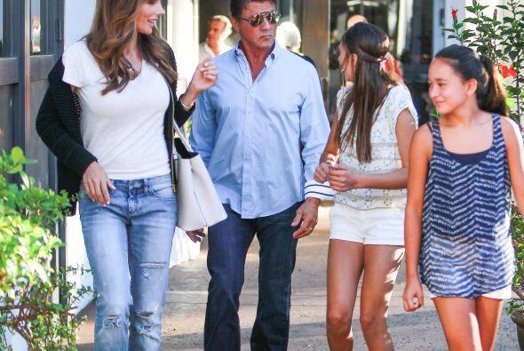 Stallone es afortunado al estar rodeado de tanta bella mujer.