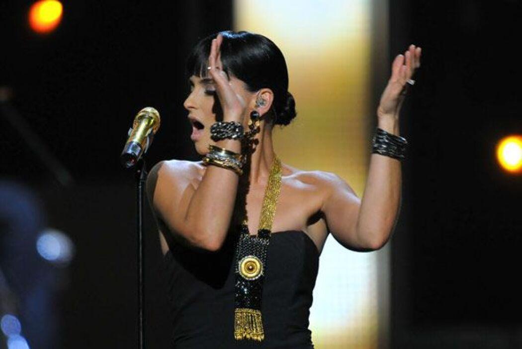 Al finalizar su actuación, la diva del pop se mostró muy emocionada por...