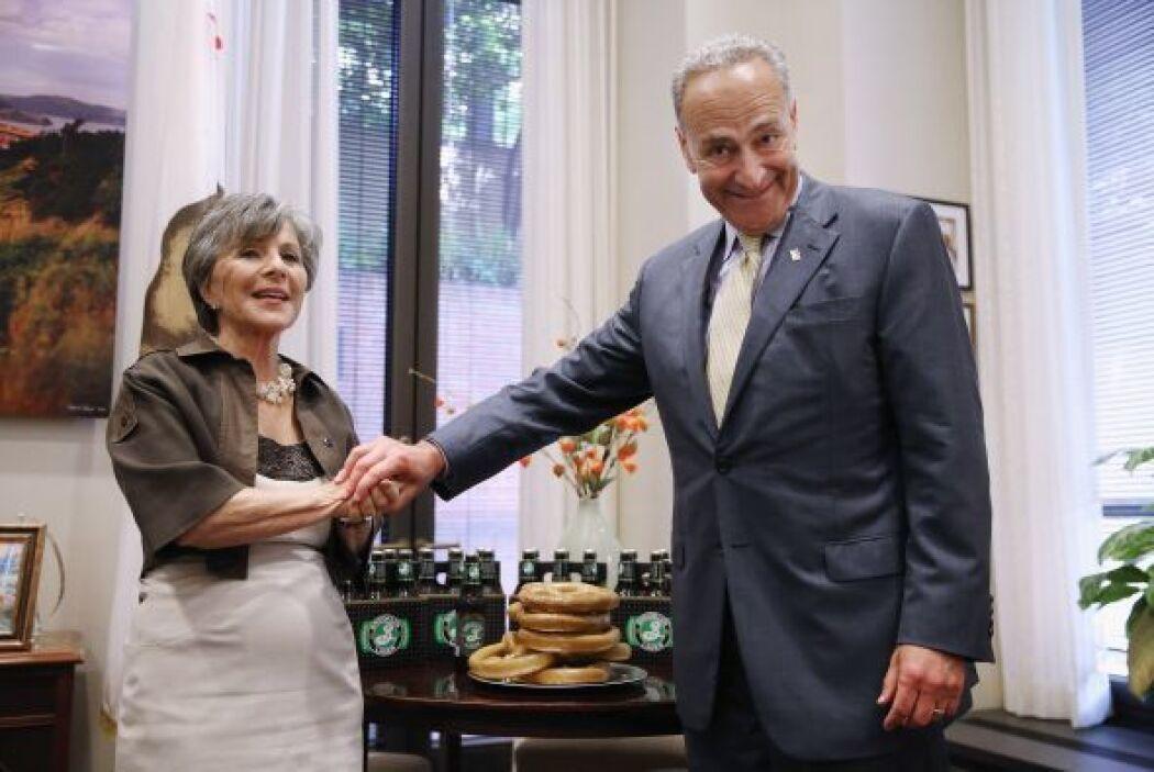 El senador Charles Schumer y senadora Barbara Boxer con pretzels y cerve...