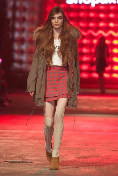 Una falda en estampado escocés es otro 'must' de la temporada oto...