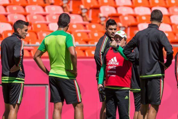 Los dirigidos por Miguel Herrera saltaron a la cancha de juego del estad...