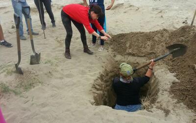 Madres mexicanas escarban la tierra de fosas clandestinas con la esperan...