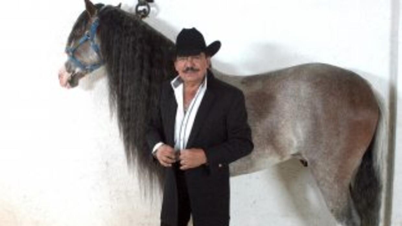Joan Sebastian tiene gran amor por los caballos y al parecer sigue monta...