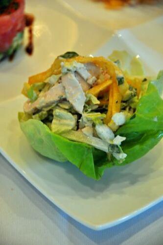 Rollo de lechuga relleno de ensalada china de pollo: Del Restaurante Ess...