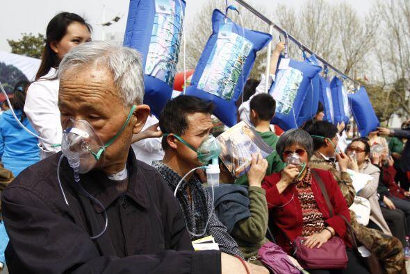 Y decenas de personas, incluidos niños, hicieron fila para respir...