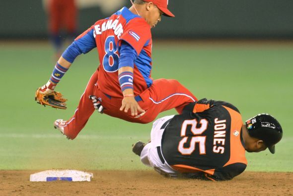 José Fernández y Andruw Jones al momento de chocar en la segunda base en...