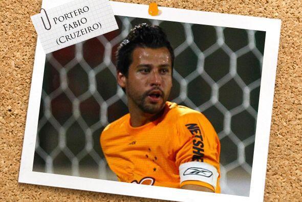 En el arco tenemos a Fabio. Sus manos son la seguridad del Cruzeiro y su...