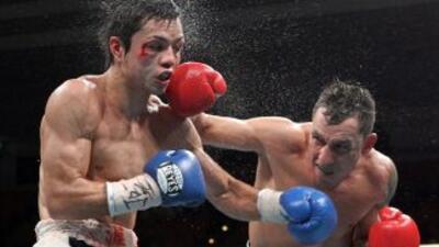 Hugo Cazares golpea al japonés Hisataka en la pelea por el título mosca.