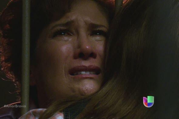 Camila le asegura a su madre que pronto estará fuera de ese lugar...