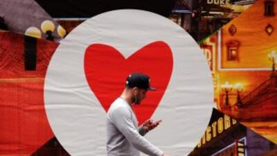 Un hombre usa el celular en Nueva York