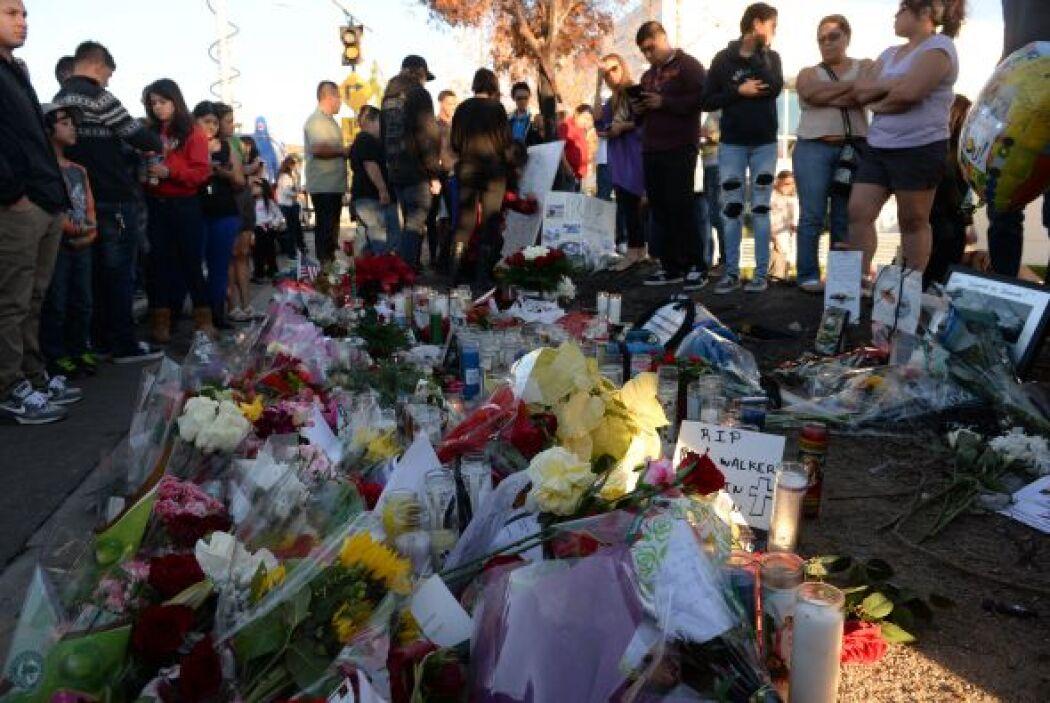 Decenas de fans del actor Paul Walker, fallecido anoche tras un accident...