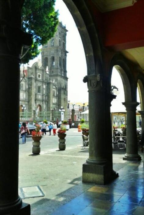 Vista de la majestuosa catedral de Puebla desde los portales.