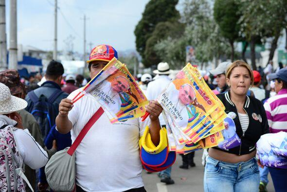 Un hombre en Quito vende banderas de memorabilia.