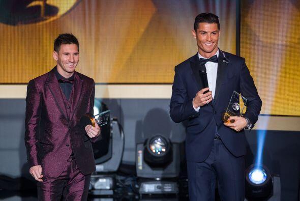 Lionel Messi y Cristiano Ronaldo lucieron sonrientes al momento de recib...
