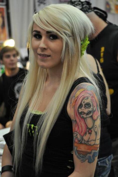 A la exposición también asistieron muchas féminas fanáticas de los tatua...
