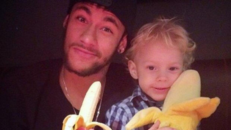 Neymar aparece junto a su hijo con un plátano, luego de que la afición d...