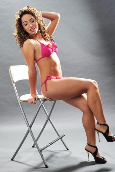 A Corina le encantan los bikinis de colores vivos.