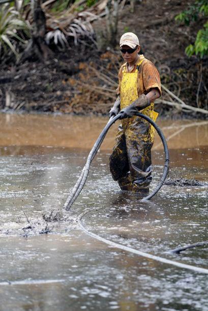 Un empleado trabajo en la limpieza tras el accidente petrolero de Chevro...